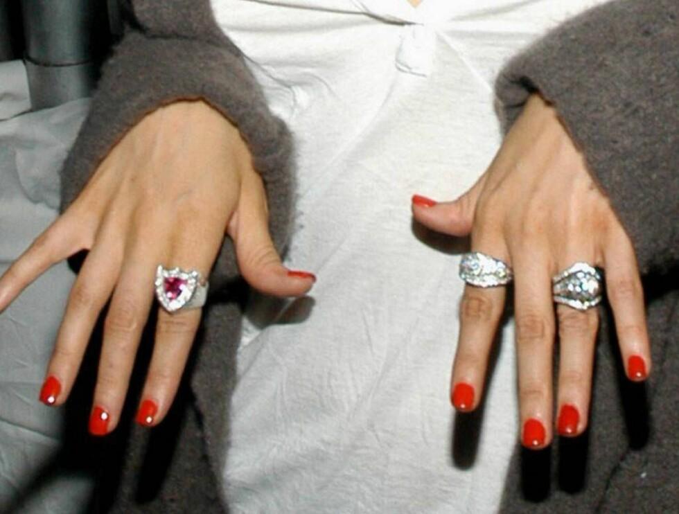 STOLT AV JUVELENE: Christina Aguilera viser stolt frem sine siste kupp fra smykkebutikken. Foto: Stella Pictures