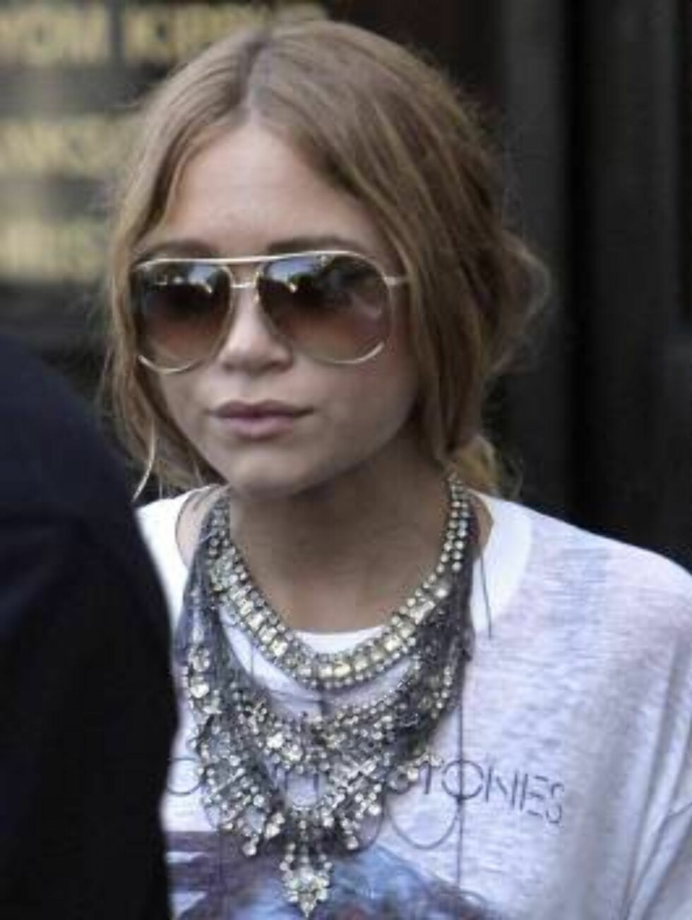 Mary-Kate Olsen covered with jewelry as she leaves antique jewelry store in Beverly Hills August 22, 2006 X17agency EXCLUSIVE Foto: All Over Press