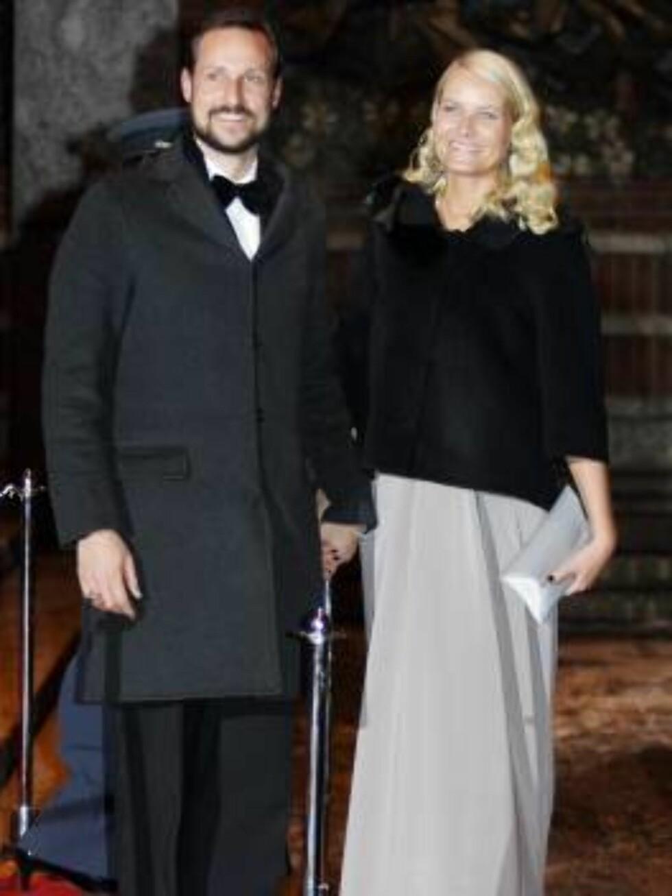 OSLO 20070223: Kronprins Haakon og kronprinsesse Mette-Marit forlater festforestillingen i Oslo rådhus fredag kveld.  Foto: Lise Åserud / SCANPIX       Foto: SCANPIX