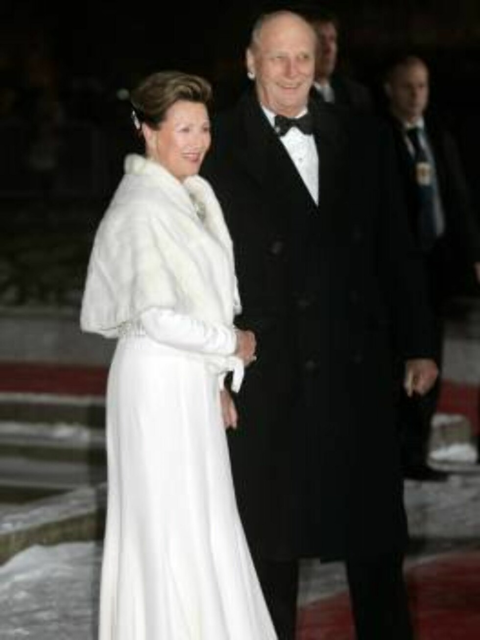SNØHVIT DRONNING: Kongeparet strålte på festforestillingen. Dronning Sonja som alltid ulastelig påtrukket, denne gangen i en hvit drøm av en kjole. Foto: SCANPIX