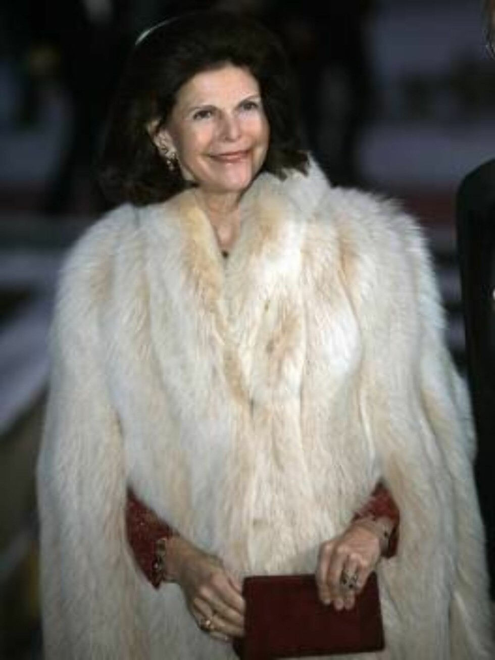 PELS: Dronning Silvia viste fram pelsen på den røde løperen. Foto: SCANPIX