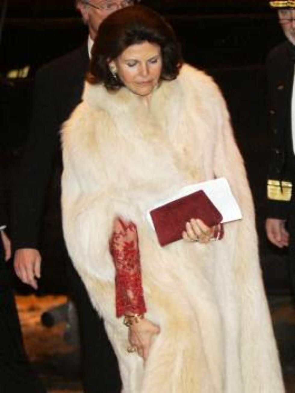 OSLO 20070223: Dronning Sivlia og kong Carl Gustaf av Sverige forlater festforestillingen i Oslo rådhus fredag kveld.  Foto: Lise Åserud / SCANPIX       Foto: SCANPIX