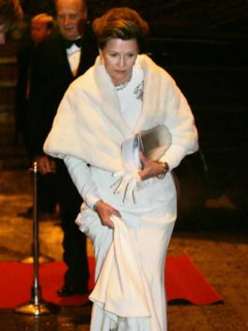 OSLO 20070223: Dronning Sonja forlater festforestillingen i Oslo rådhus fredag kveld. Hun fikk store problemer med å komme seg tørrskodd til bussen. Foto: Lise Åserud / SCANPIX / POOL      Foto: SCANPIX