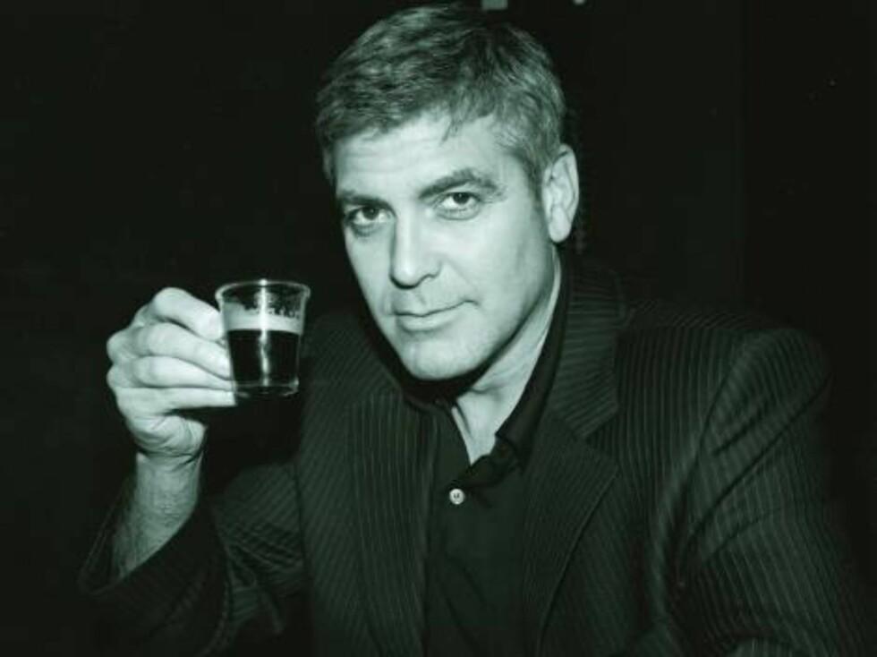 SKÅL!: Det rapporteres at George Clooney drakk seg syk på sin egen bursdagsfeiring.  Foto: SCANPIX