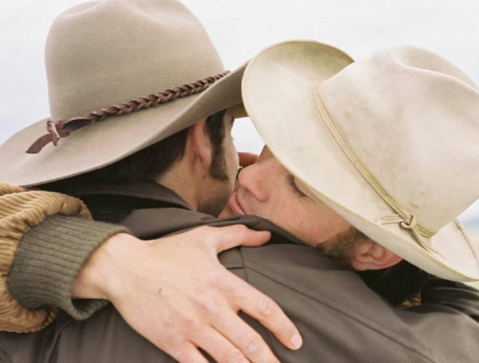"""HET OMFAVNELSE: Lovefilms lesere er ikke i tvil - homsekysset fra """"Brokeback Mountain"""" er filmhistoriens heteste. Foto: Filmweb"""