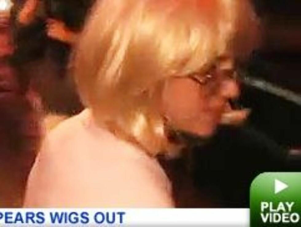 LØSHÅR: Etter å ha ødelagt håret barberte Britney skallen - og satte på denne parykken.  Foto: Faksimile tmz.com