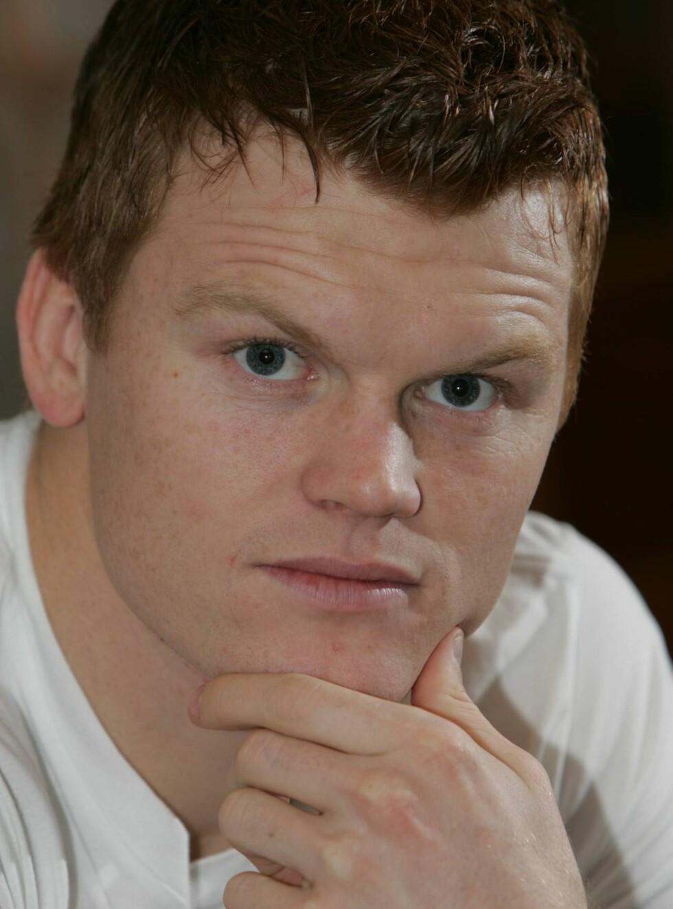 GIFTEKLAR: John Arne Riise blir godt passet på av forloveden Maria Elvegård. Når kommer bryllupet? Foto: Se og Hør