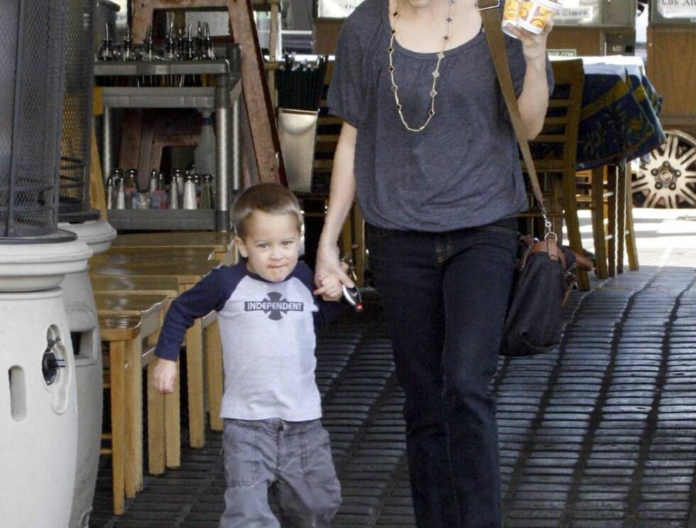 MORSKJÆRLIGHET: Nyskilte Reese tilbringer Valentines day med sønnen Foto: All Over Press