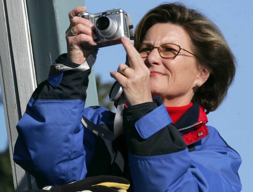 BILDER TIL NETTET?: Dronning Sonja er ivrig med kameraet. Kanskje hun vil ta bilder til kongehusets nye nettsider? Foto: Andreas Fadum, Se og Hør