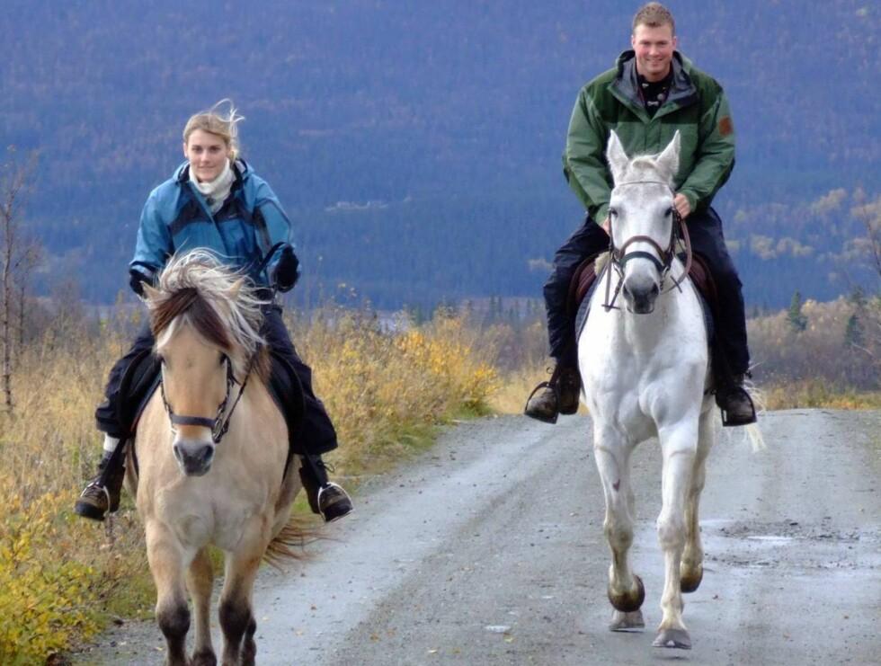 """RIDDER PÅ HVIT HEST: Tore Jardar og Michelle fra """"Jakten på kjærligheten"""" skal gifte seg! Foto: Beitostølen"""