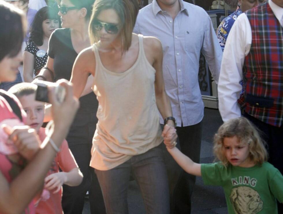 PLAGET: Turister med kamera var svært nærgående mot fru Beckham og hennes eldste sønner. Foto: All Over Press
