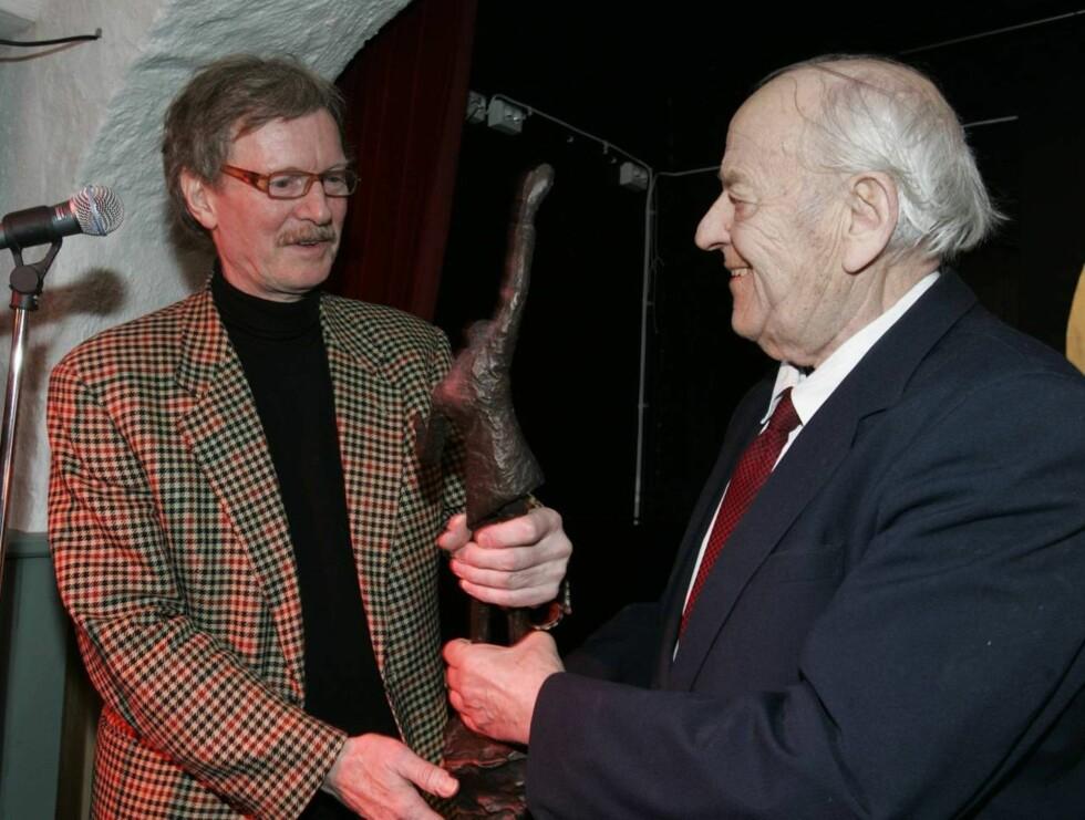 VANT: - Dette er en stor ære, jublet Øystein Sunde da han i dag mottok Justerprisen 2007 fra komitémedlem Arne Christiansen. Foto: SCANPIX