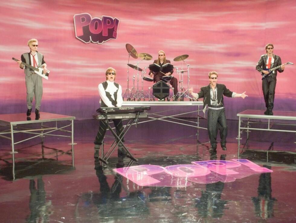 POP-KONGE: Ja det er Hugh Grant på keyboard nede til venstre i bildet... Foto: Gene Page