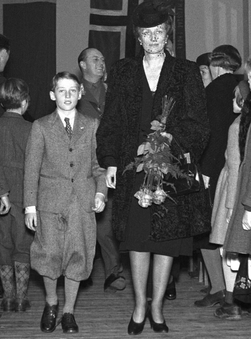 FIN BURSDAGSGAVE: Her er daværende prins Harald med sin mor under åpningen av Smestad skole. Foto: SCANPIX