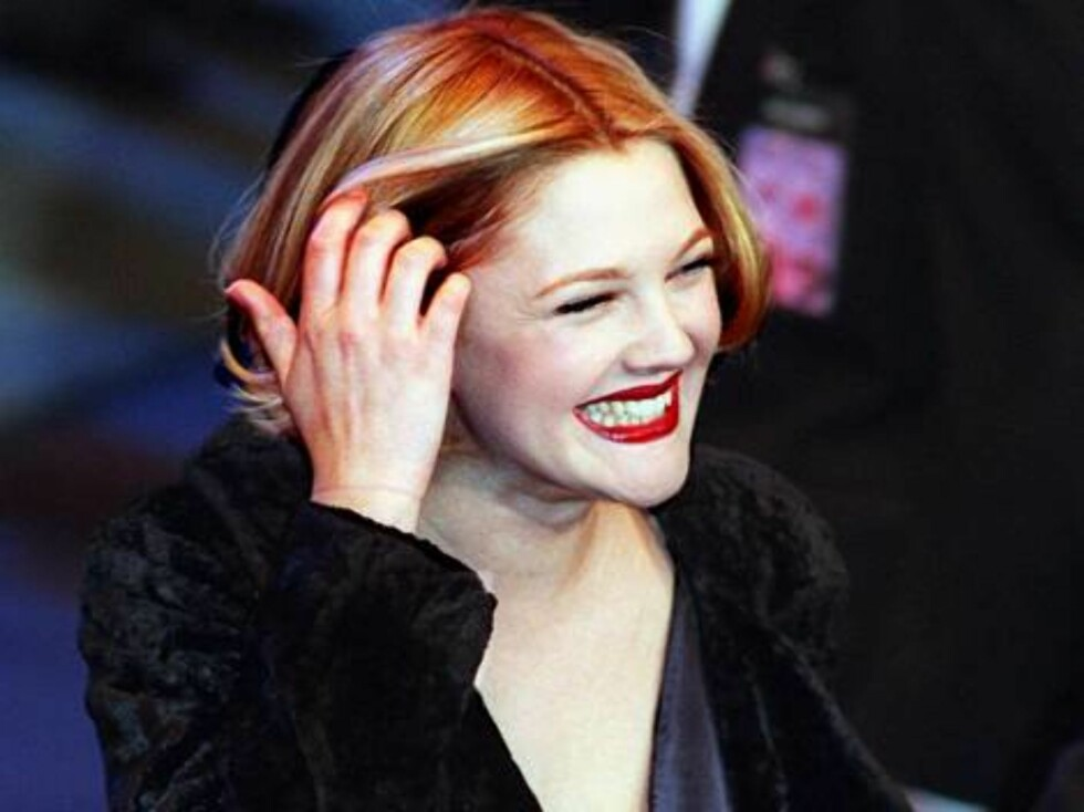 Drew Barrymore arrives at the Pantages Theater in the Hollywood area of Los Angeles Sunday, Feb. 16, 1997, prior to the start of a birthday celebration for Elizabeth Taylor who turns 65 years old this month.  (AP Photo/Chris Pizzello) Foto: AP