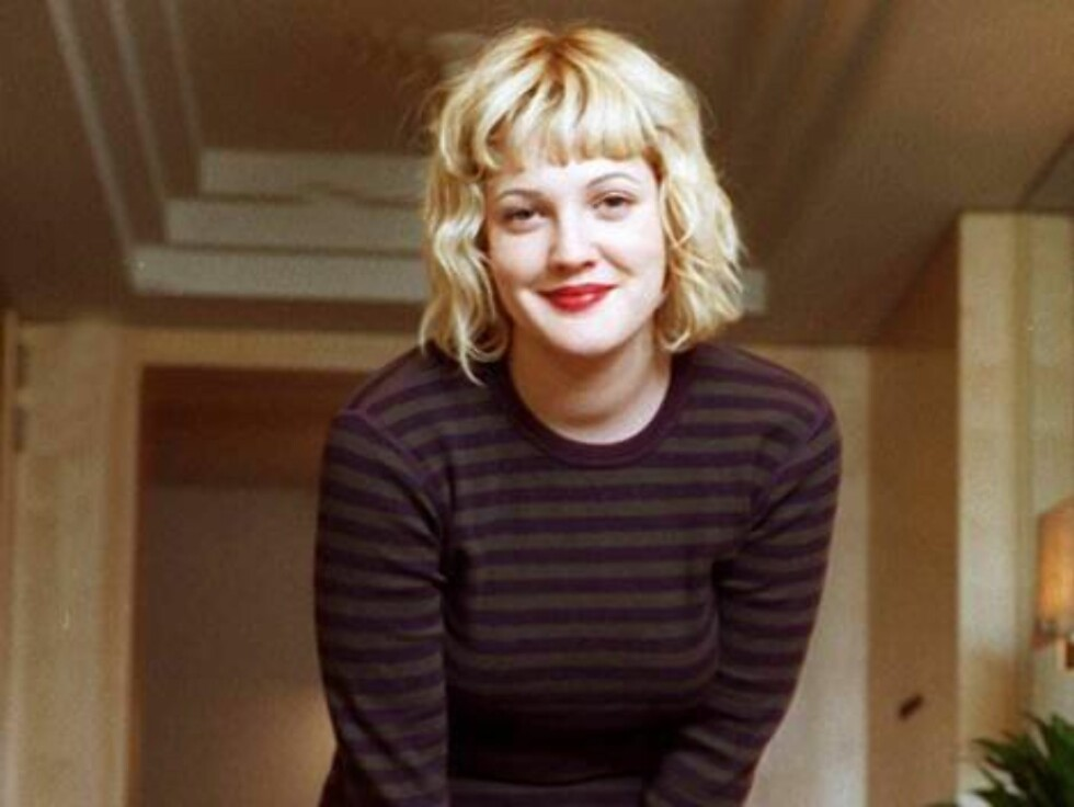 """FEATURE--FILE--Actress Drew Barrymore, 23, poses at a New York hotel Feb. 12, 1998 while promoting her new movie, """"The Wedding Singer,"""" a romantic comedy in which she co-stars with Adam Sandler.  Barrymore will next appear with her boyfriend Luke Wilson i Foto: AP"""