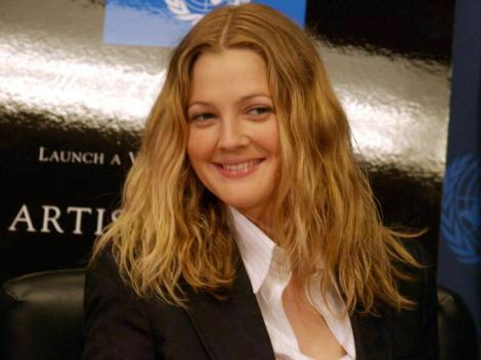 """Actress Drew Barrymore poses at a news conference after she became the first """"Friend of the U.N.,"""" at the United Nations on Thursday, Feb.5, 2004. She was given a Dove Of Peace pin, which was designed for supporters of Artists for the U.N., an initiative Foto: AP"""