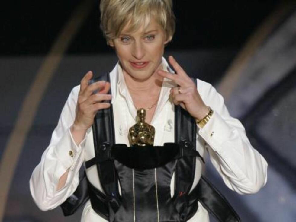 OSCAR 2007: Årets vert Ellen DeGeneres demonstrerer hvordan man kan bære den tunge gullstatuen. Foto: AP/Scanpix