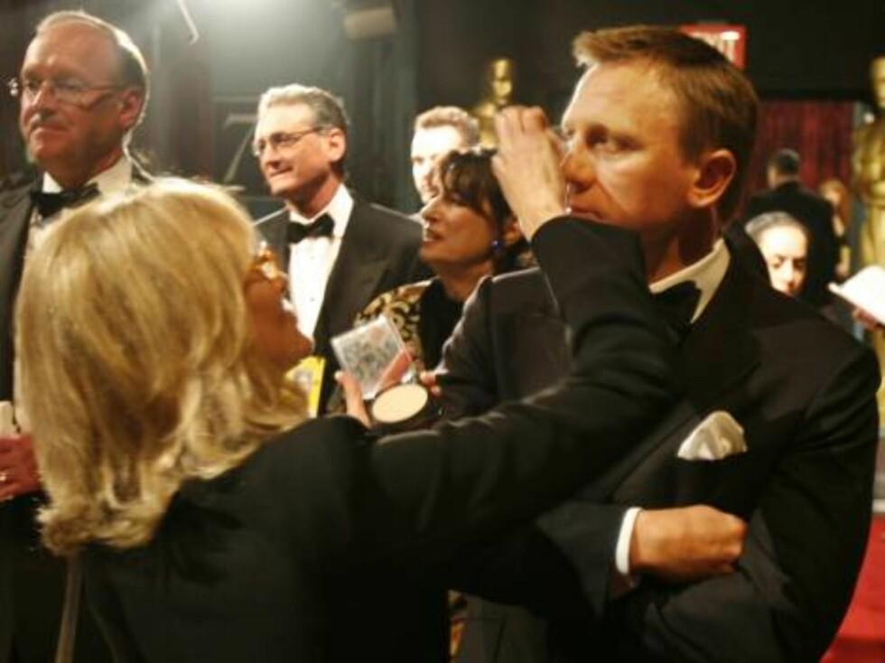 """OSCAR 2007: """"Bond""""-stjerne Daniel Craig får på seg sminke like før han skal dele ut prisen for beste filmkunst sammen med Nicole Kidman. Foto: AP/Scanpix"""