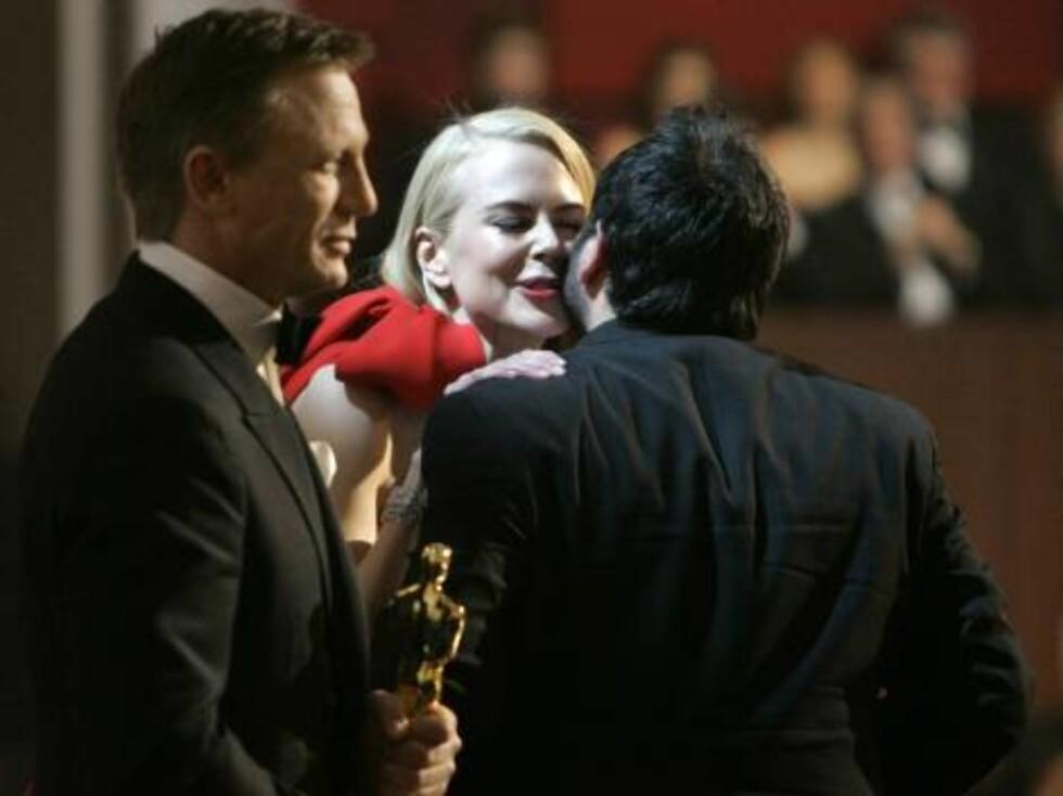 OSCAR 2007: Nicole får en klem av vinneren, Eugenio Caballer. Foto: AP/Scanpix