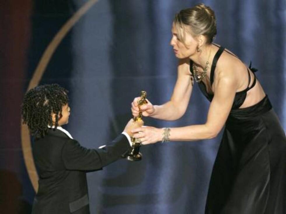 """OSCAR 2007: Sønnen til Will Smith, Jaden, gir prisen til norske Torill Kove. Kove vant  statuen for beste animerte kortfilm: """"The Danish Poet"""". Foto: AP/Scanpix"""