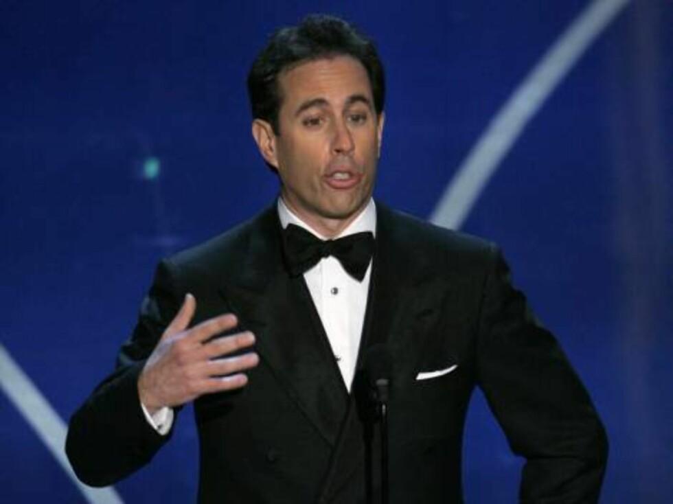 OSCAR 2007: - Vi samler alle her for å se uttrykket på fjeset til de som ikke vinner, spøkte komiker Jerry Seinfeld før han delte ut prisen for beste dokumentar. Foto: AP/Scanpix