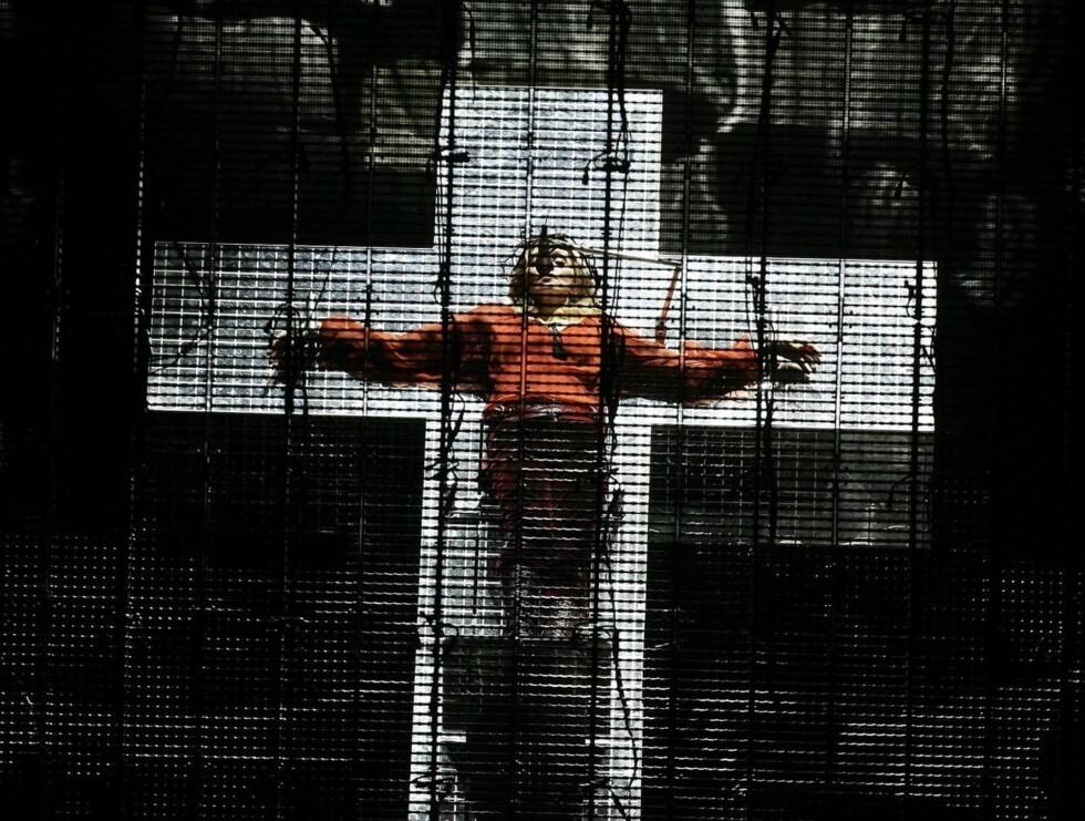 """PROVOSERTE: Det ble stor ståhei da Madonna lot seg korsfeste på scenen under sin """"Confessions""""-turné i fjor. Til og med Vatikanet kom med kritikk for stuntet! Foto: All Over Press"""