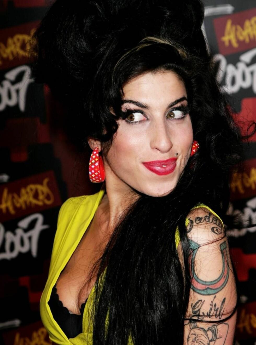 STOLT: Amy Winehouse visste ikke riktig hva hun skulle si da hun lettere sjokkert mottok prisen... Foto: All Over Press