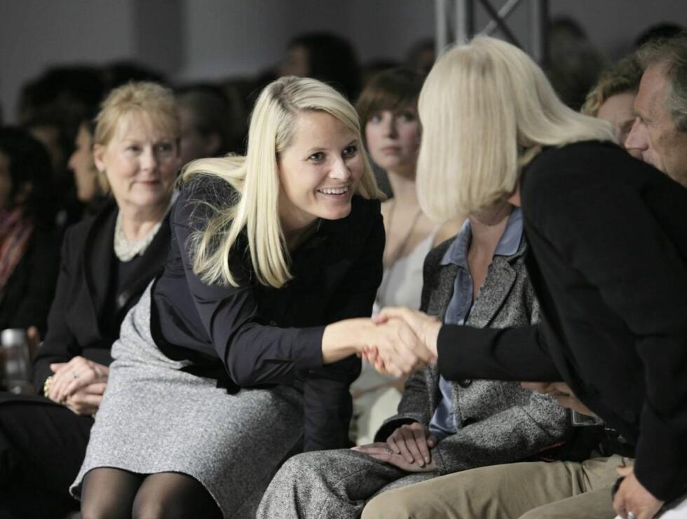 MOTE: Mette-Marit er kjent for sin store interesse for mote og design. Her er hun på London Fashion Week i 2006. Foto: SCANPIX