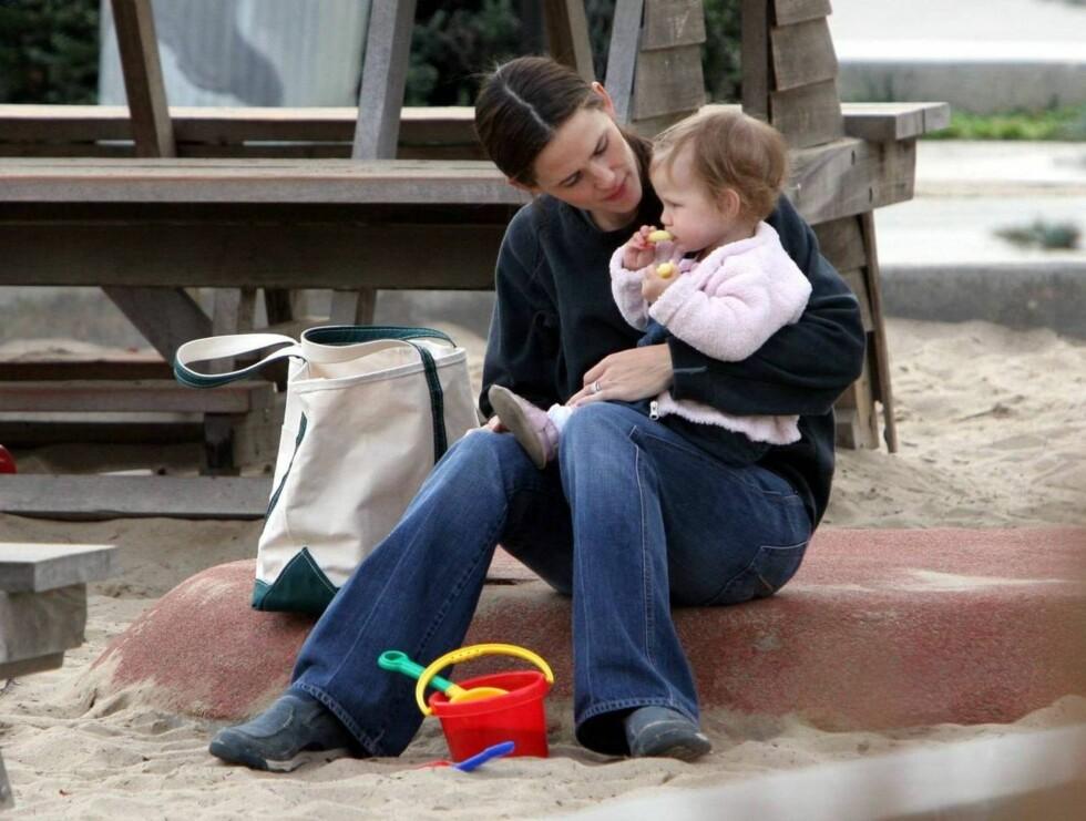 KOS: Det var godt å ha mamma der når sandkassa ble litt for stor ... Foto: All Over Press