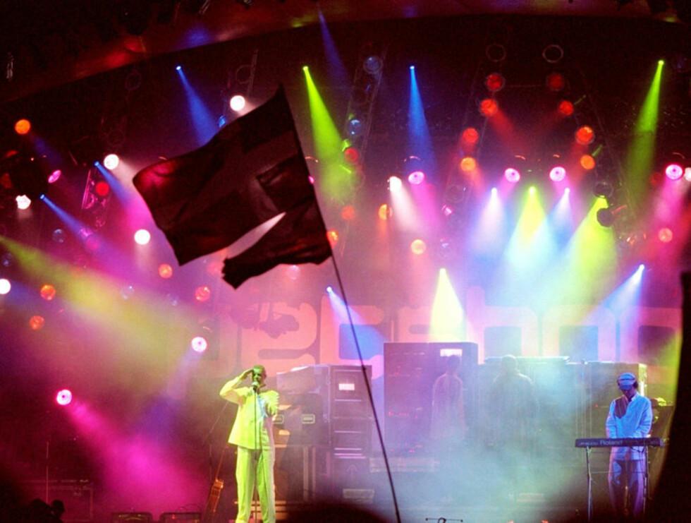 LYSSHOW: Dyrebutikk-guttene er kjent for sine spektakulære sceneshow. Her fra en konsert på Roskilde-festivalen i Danmark. Foto: Scanpic