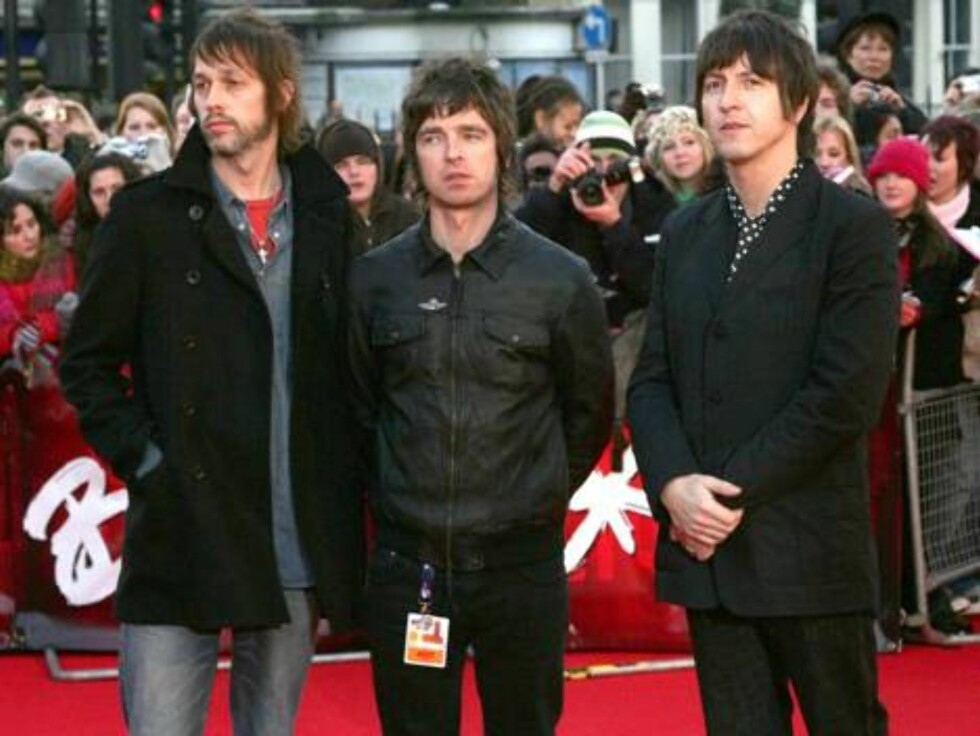 Andy Bell, left, Noel Gallagher, centre and Gem Archer from British group Oasis, arrive at the BRIT Music Awards 2007 in London's Earl's Court, Wednesday Feb. 14, 2007. The BRIT Awards are Britain's most prestigious music prize. (AP Photo/Sang Tan) Foto: AP