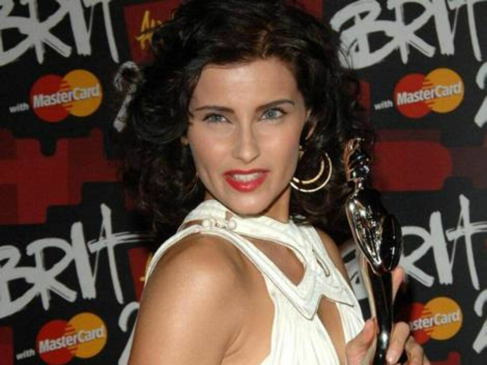 Nelly Furtado with her Award for Best International Female Solo Artist, during the Brit Awards 2007 at Earls Court Exhibition Centre in central London, Wednesday Feb. 14, 2007.  (AP Photo/Ian West/PA)  **  UNITED KINGDOM OUT  NO SALES  NO ARCHIVE ** Foto: AP