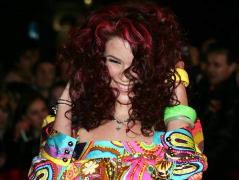 British singer Joss Stone reacts to her fans as she arrives at the BRIT Music Awards 2007 in London's Earl's Court, Wednesday Feb. 14, 2007. The BRIT Awards are Britain's most prestigious music prize. (AP Photo/Sang Tan) Foto: AP