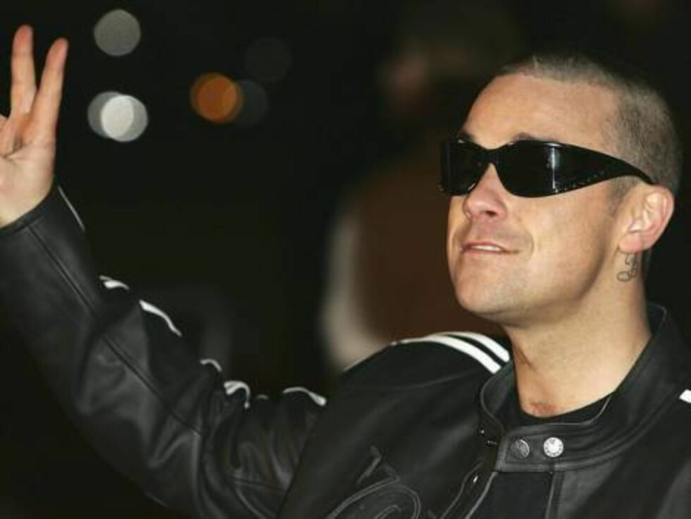 LONDON - FEBRUARY 9:  (FILE PHOTO)  Singer Robbie Williams arrives at the 25th Anniversary BRIT Awards 2005 at Earl's Court February 9, 2005 in London.   It was announced on February 13, 2007 that Williams has been admitted into rehab in the US for treatm Foto: All Over Press