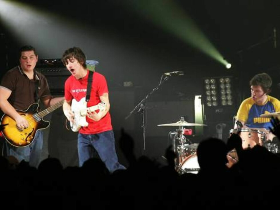 British band, The Arctic Monkeys, with lead singer Alex Turner, center, bassist Andy Nicholson,left, and drummer Matt Helders, perform during their concert at Guildhall in Portsmouth, England, Wednesday, Feb 15, 2006. The band took home three major troph Foto: AP