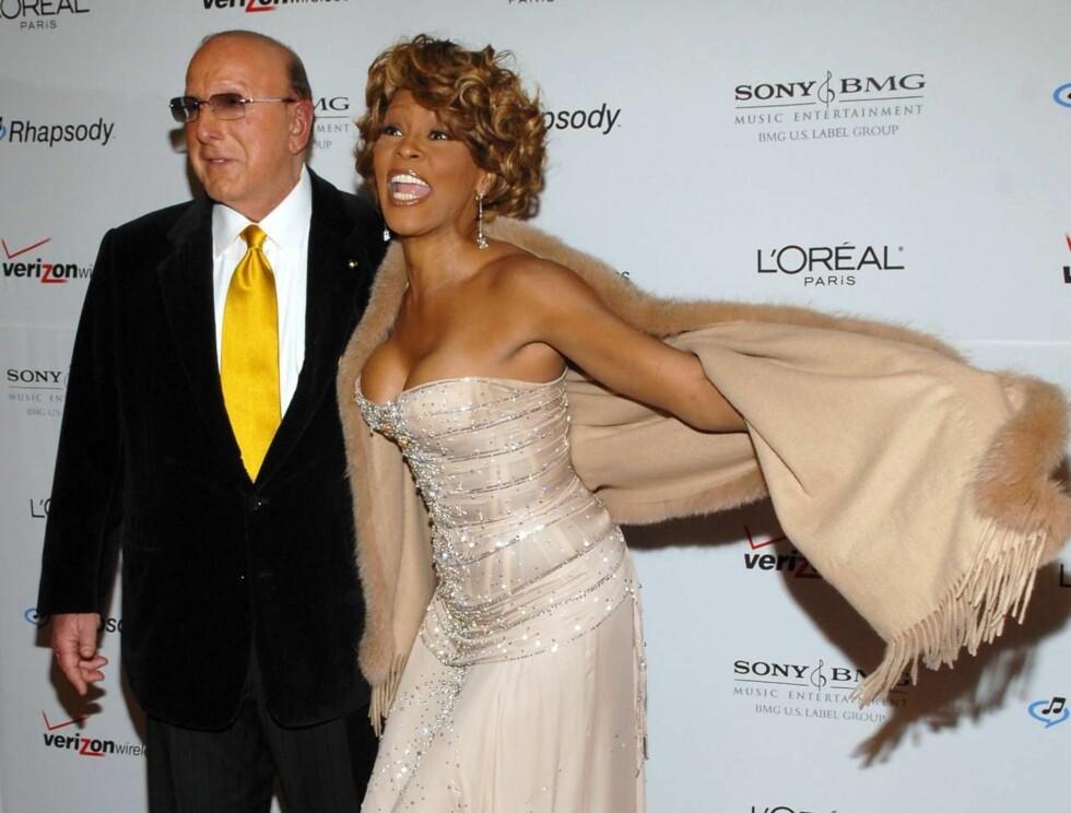 STRÅLTE: Whitney Houston elsker rampelyset, og det er ingen tvil om at det elsker henne. Her ankommer hun årets Grammy-vorspiel sammen med bransjeveteranen Clive Davis. Foto: All Over Press