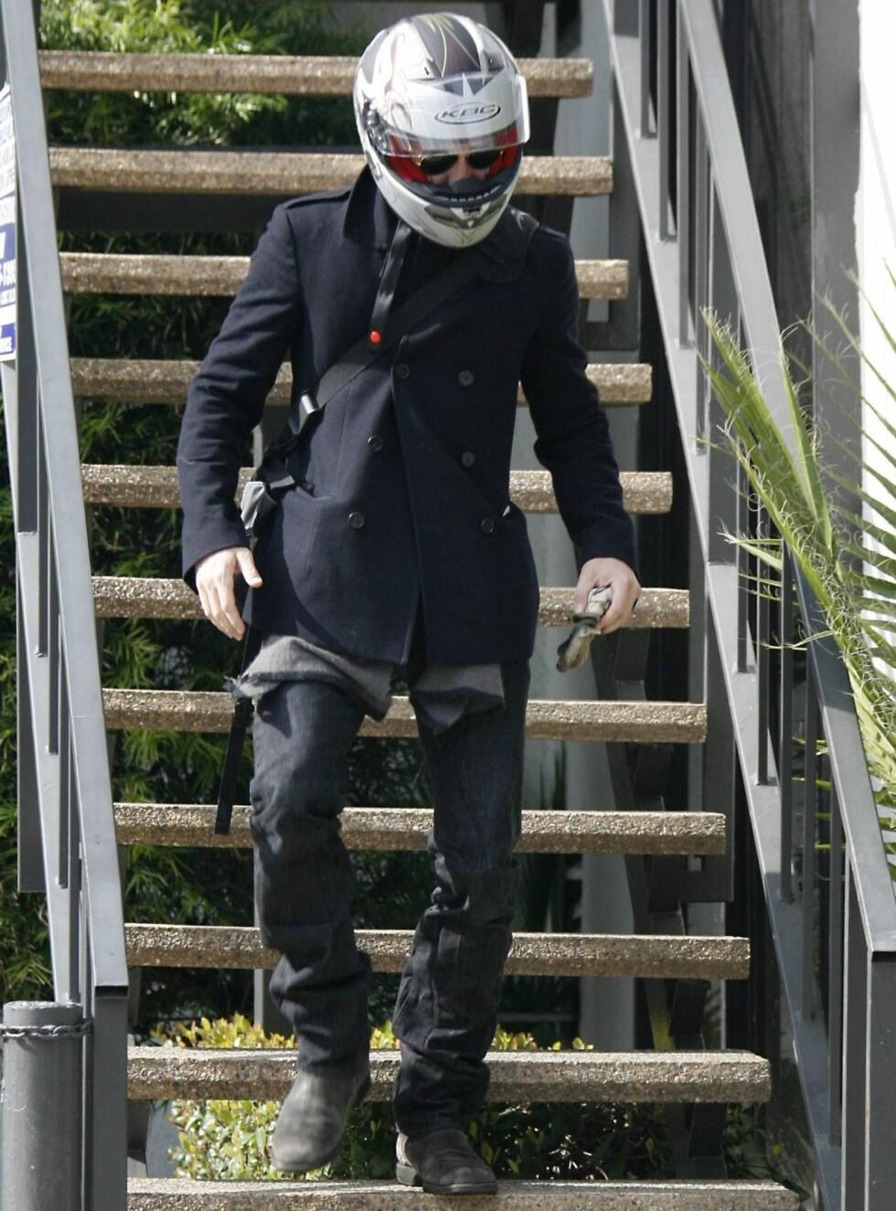 PÅ DEN SIKRE SIDEN Brad forlater kontoret sitt og gleder seg sånn til å sett seg på sykkelen at hjelmen allerede er plassert trygt på hans vakre hode. Eller kanskje han er redd for å snuble i trappa? Foto: Stella Pictures