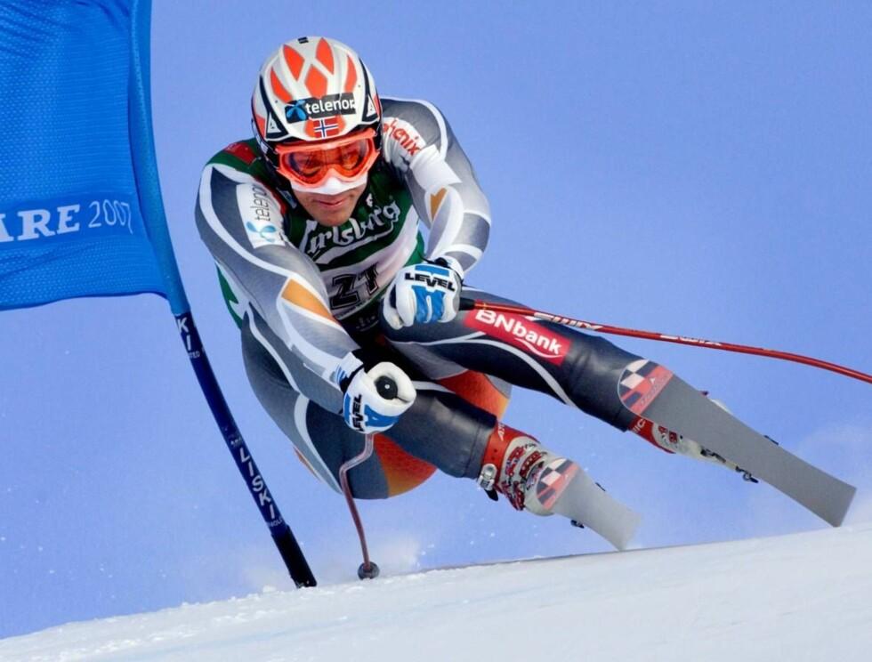 HØY FART: Aksel i kjent positur ned VM-løypene. Det endte med Norges første VM-gull i utfor. Foto: SCANPIX