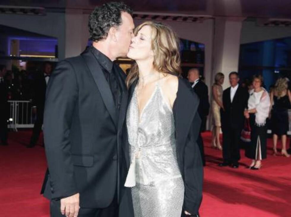 VALENTINE: Skuespiller Tom Hanks viser sin kjærlighet for kona Rita Wilson på den røde løperen. Foto: Stella Pictures