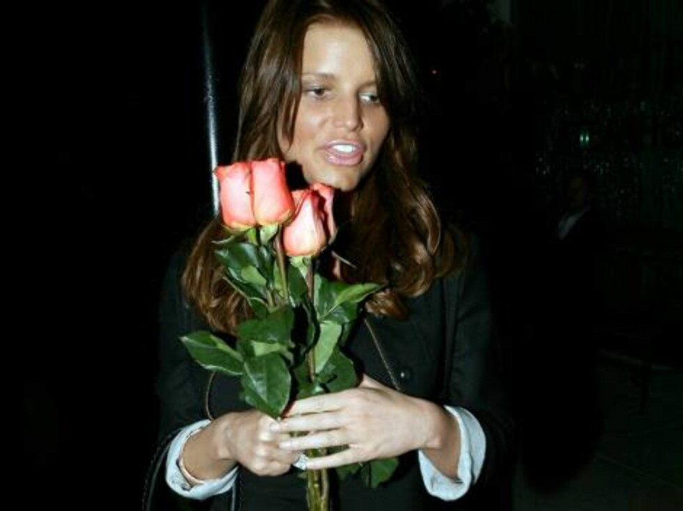 MORE PICTURES Romantic Jessica Simpson buying roses for Valentine Day in Hollywood outside Maestro steakhouse Feb 8, 2007 X17online EXCLUSIVE Foto: All Over Press