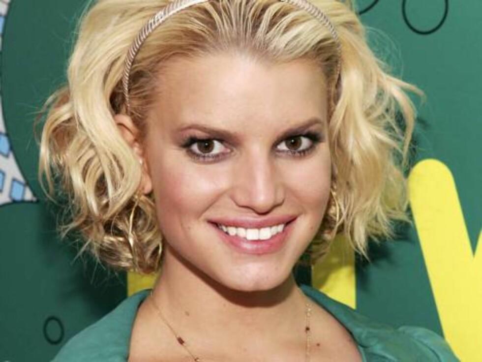 Simpson rufser håret til før hun entrer MTVs lokaler. Foto: All Over Press