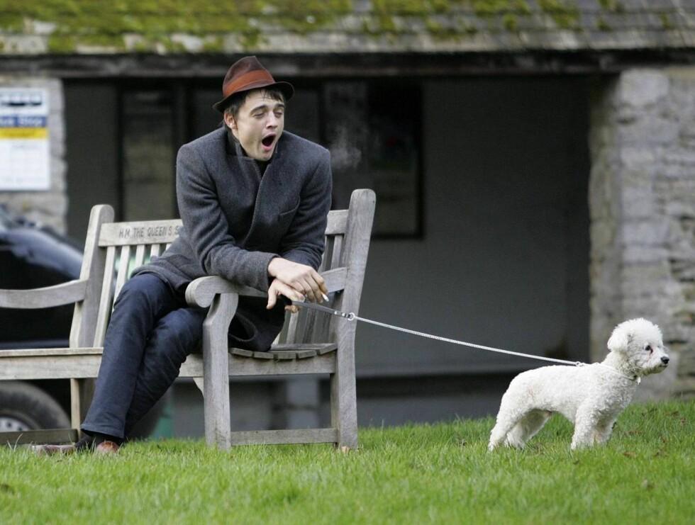 TRØTT: Pete hadde nok hatt en tøff natt på byen. Han klarte i hvert fall ikke å holde seg våken ... Foto: colourpress.com