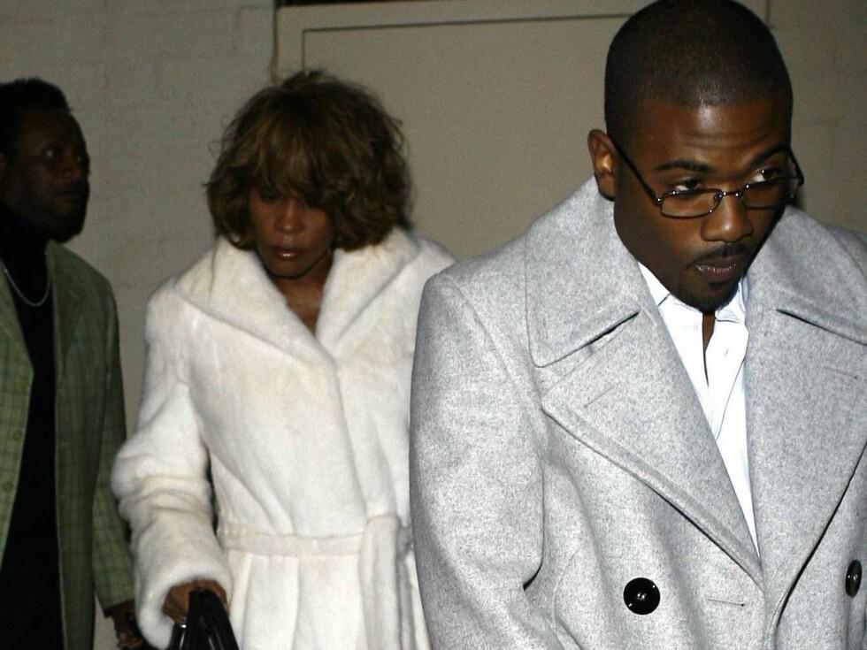 BRUDD:Whitney forlater et spisested bak en flau Ray J. Har han nettopp fortalt om sex-videoen?  Foto: All Over Press