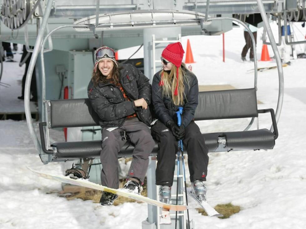 SETTER UTFOR: Mischa Barton og Cisco Adler spenner på seg skiene i Aspen. Foto: All Over Press