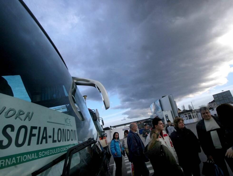 KJEDELIG Å VENTE PÅ BUSSEN?: Bulgarske busspassasjerer kan nå se på voksenfilmer i køen... Foto: AP