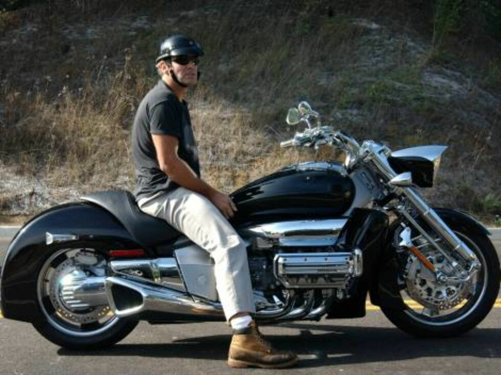 Code: X17XX8-Stephane Ouzeau, Malibu, CA, USA, 30.09.2003: Motorcycle afficionado George Clooney rides a huge new Honda bike. The helmet-clad star showed off his new muscle machine on a ride through the Malibu mountains. /X 17 Picture Agency/Stephane Ouz Foto: All Over Press