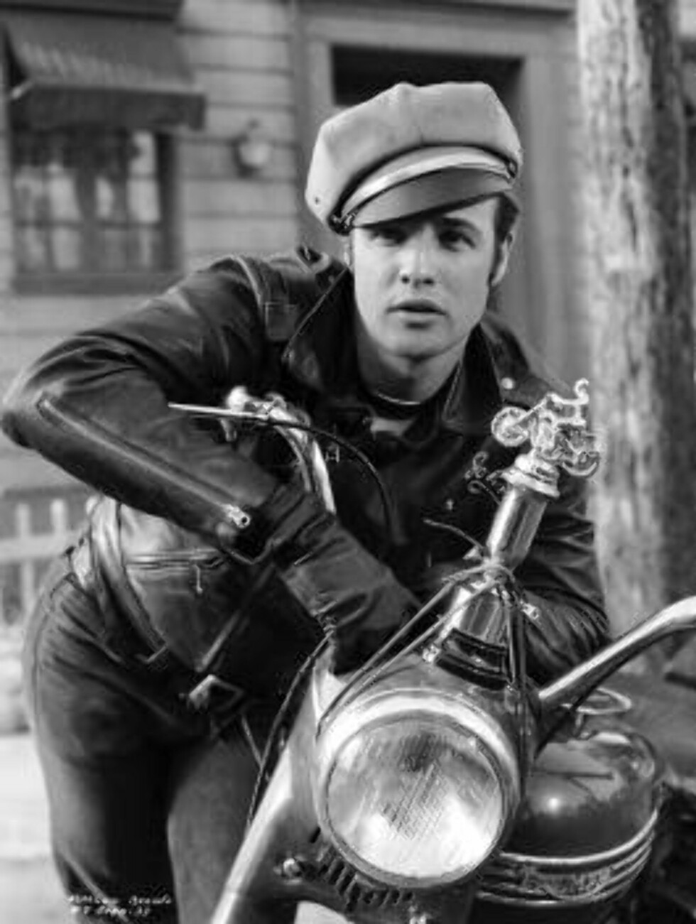 1953:  American actor Marlon Brando as gang leader Johnny in 'The Wild One', directed by Laszlo Benedek.  (Photo by John Kobal Foundation/Getty Images) / ALL OVER PRESS Foto: All Over/Getty