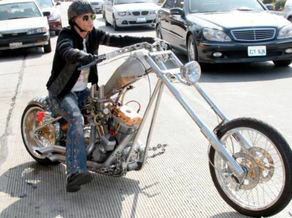 Steven Tyler riding his bike in Hollywood July 24, 2006 X17agency EXCLUSIVE Foto: All Over Press