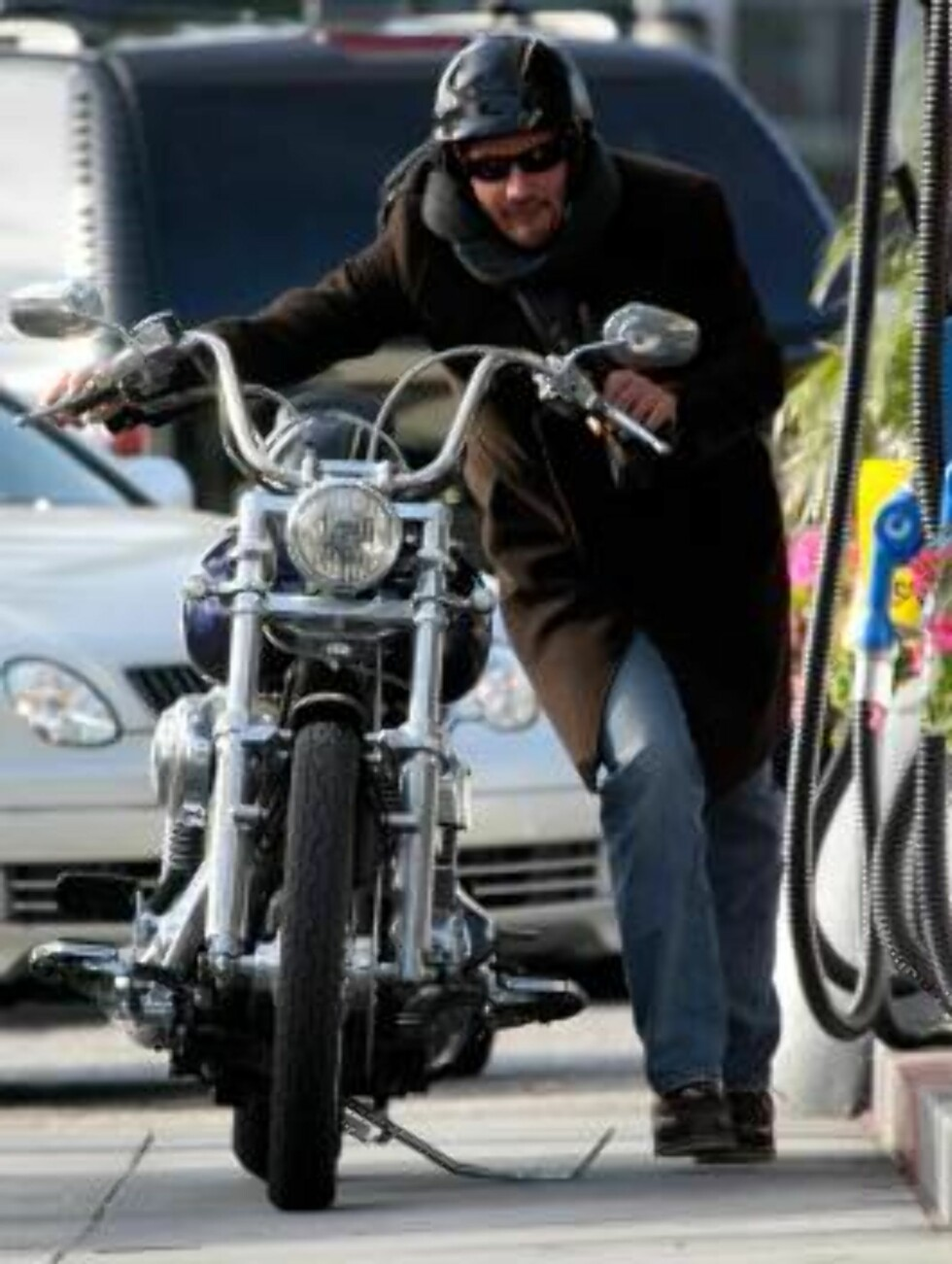 Keanu Reeves fixing his broken down motorcycle at a gas station in Brentwood. January 31, 2006 X17 / ALL OVER PRESS Foto: All Over Press